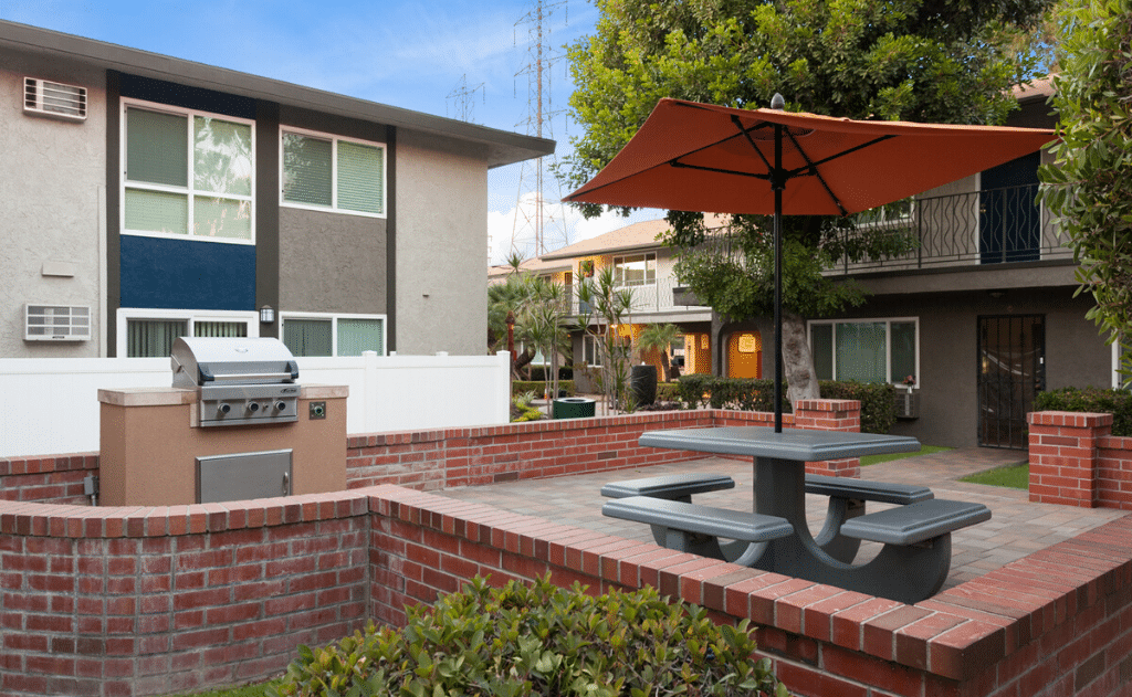 the 5800 apartment homes outdoor area